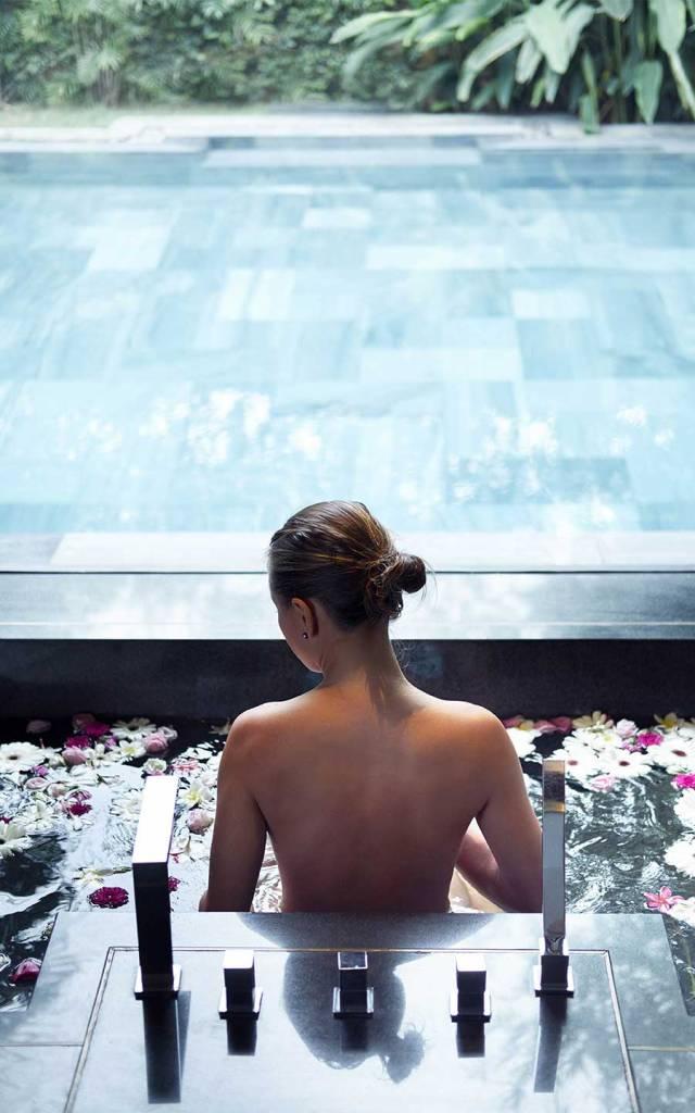 Los huéspedes disfrutan de un tratamiento de spa en el TIA Wellness Resort, Danang, Vietnam