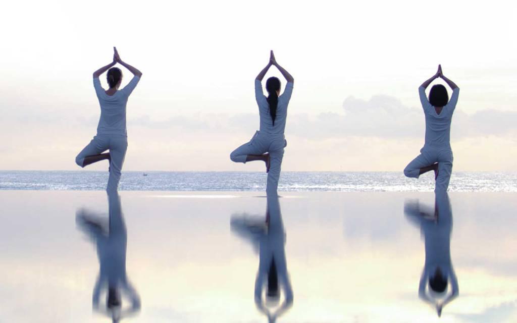 Practicante de yoga con vistas al océano en TIA Wellness Resort, Danang, Vietnam